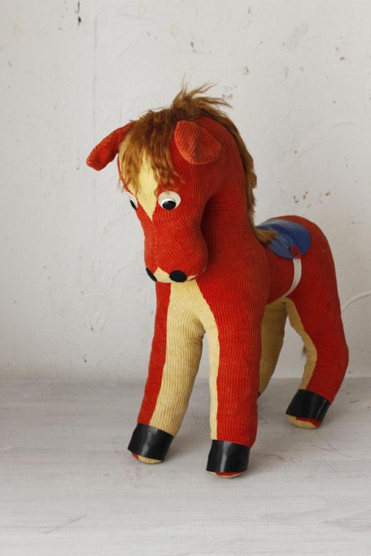 ドイツのハーマンの大きなコーデュロイのお馬さんです。