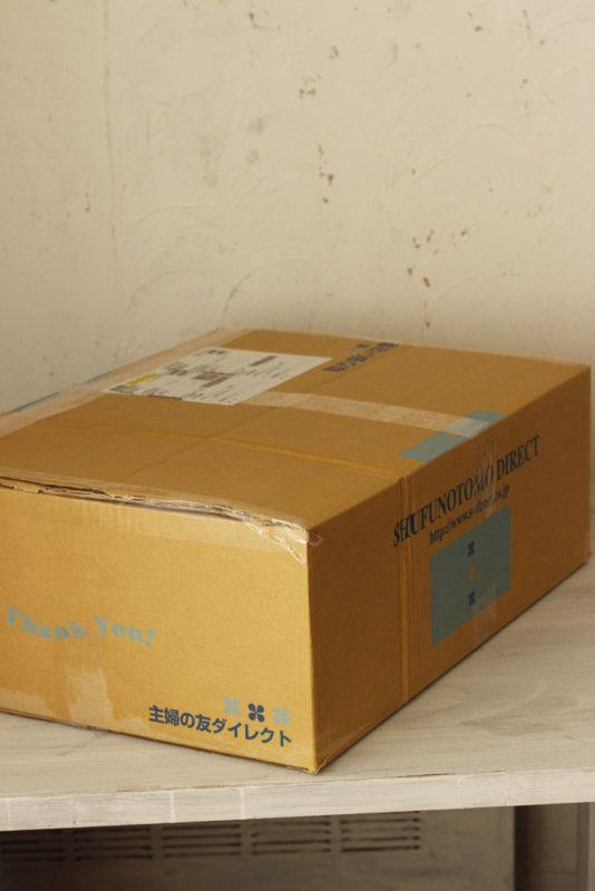 大きな箱でしたがサイズに折りたたむことができました。 クロネコさんの送付状を張って、クロネコのお兄さんが集荷に来てくれるのを待ちます。