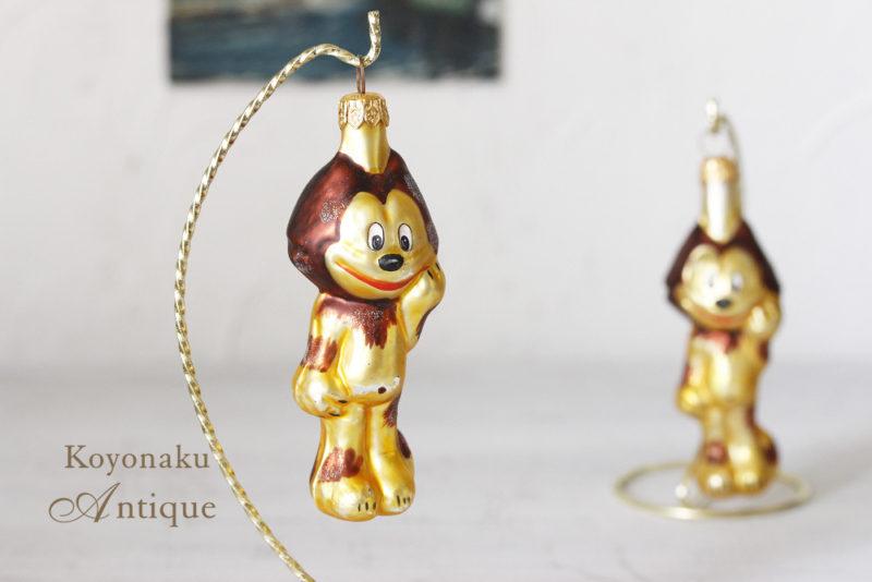 ポーランドのポンプキと呼ばれる手吹きガラスのクリスマスオーナメントです。 型にガラスを手吹きに吹き込んでハンドペイントして、そのあとグリッターで仕上げる工芸品です。 カトリックの国ポーランドの人々は毎年このオナーメントを出してクリスマスに飾ります。 日本でも手作りの心のこもったオーナメントを毎年少しずつ買い足してクリスマスを豊かに楽しみたいですね。 サイズ:H11cm前後。 http://www.koyonaku.jp/shopdetail/000000009286/